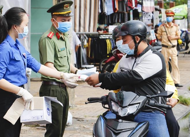 Công an TP Cần Thơ phát 35.000 khẩu trang miễn phí