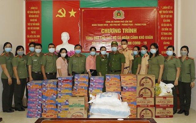 Công an TP Cần Thơ trao quà hỗ trợ người dân có hoàn cảnh khó khăn