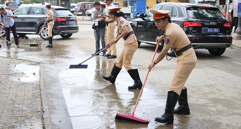 """""""Bóng hồng"""" CAND chỉnh trang đường phố Hội An phục vụ APEC"""