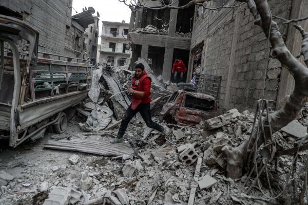 Lực lượng cứu hộ tiếp cận một tòa nhà bị đổ sập vì giao tranh ở Đông Ghouta. Ảnh: ITN