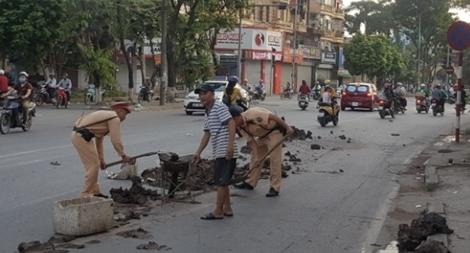 CSGT Thủ đô dọn sạch đường phố giúp người dân lưu thông an toàn từ mờ sáng
