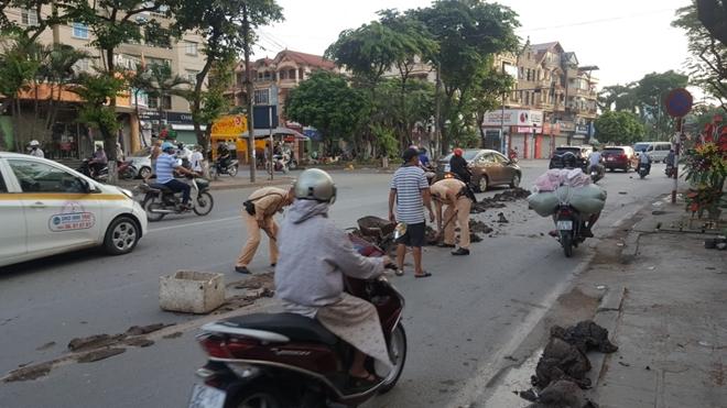 CSGT Thủ đô dọn sạch đường phố giúp người dân lưu thông an toàn từ mờ sáng - Ảnh minh hoạ 3