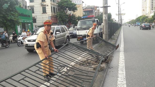 CSGT Thủ đô dọn sạch đường phố giúp người dân lưu thông an toàn từ mờ sáng - Ảnh minh hoạ 5