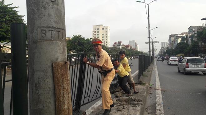 CSGT Thủ đô dọn sạch đường phố giúp người dân lưu thông an toàn từ mờ sáng - Ảnh minh hoạ 6