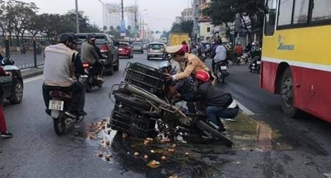CSGT Thủ đô bốc trứng vỡ giúp dân dọn đường