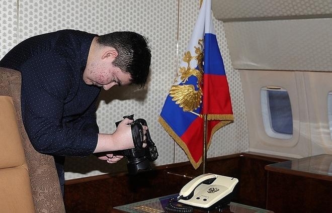 Arslan Kaipkulov chăm chú ghi lại những hình ảnh trên chuyên cơ Il-96-300 của ông Putin. Ảnh: TASS