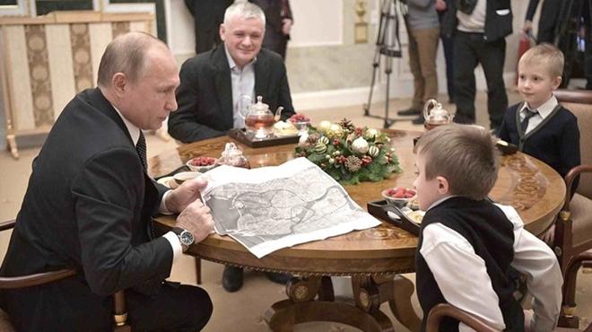 Tổng thống Nga ăn trưa cùng gia đình bé Palanov. Ảnh: TASS