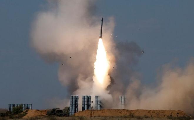 Phòng không S-300 khai hỏa tên lửa vào mục tiêu. Ảnh: TASS