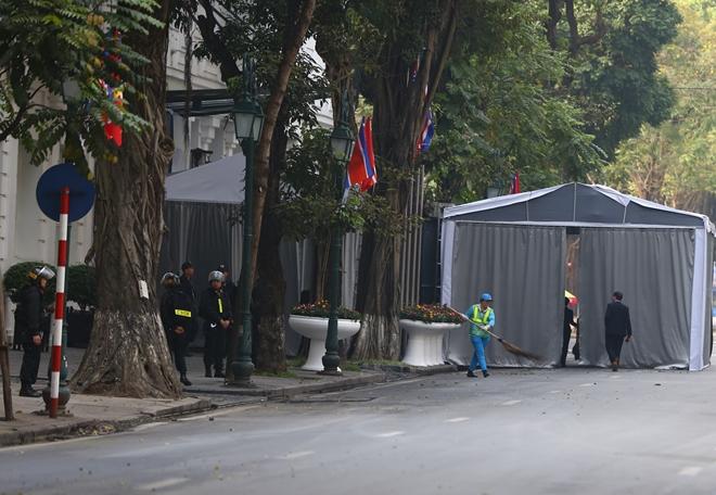 Lực lượng Công an đứng chốt cạnh một khu nhà tạm mới được thiết lập ở cổng khách sạn Metropole.