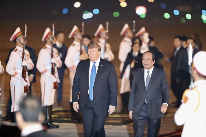 Tổng thống Trump cùng Bộ trưởng, Chủ nhiệm Văn phòng Chính phủ Mai Tiến Dũng. Ảnh: Thiện Minh
