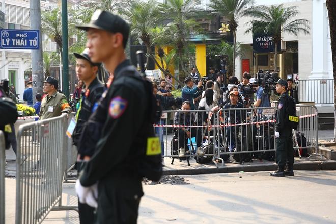 Rất đông phóng viên đổ về khu vực gần khách sạn Metropole.
