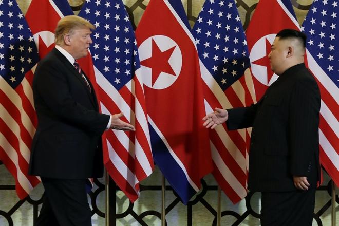 Tổng thống Donald Trump và Chủ tịch Kim Jong-un bắt tay nhau tối qua (27-2) tại Hà Nội. Ảnh: Reuters