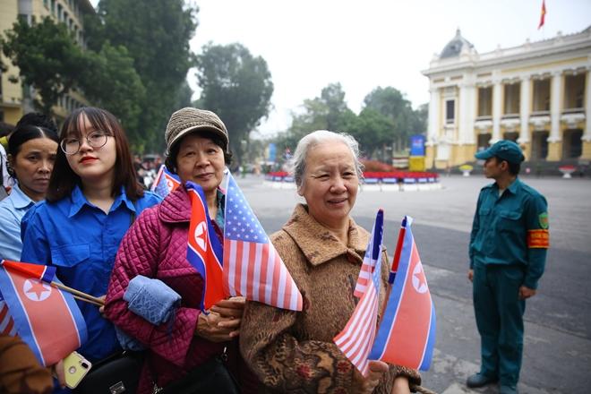 Bác Lan và bác Chiêu đứng trên tuyến đường di chuyển của lãnh đạo Mỹ-Triều ở Hà Nội để chào đón và cổ vũ.