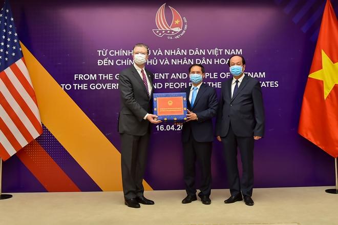 Việt Nam tặng Nhật Bản và Hoa Kỳ vật tư y tế chống COVID-19