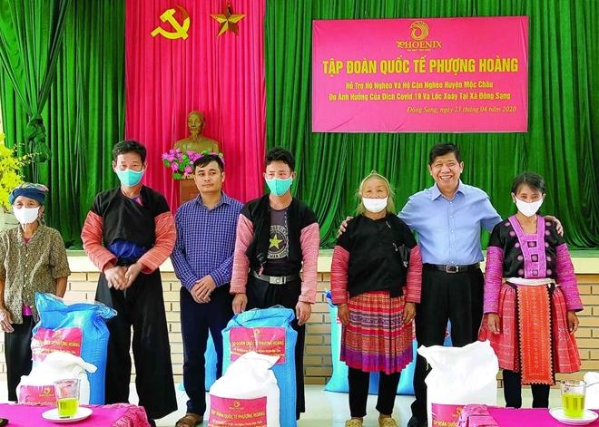 Tập đoàn Phượng Hoàng hỗ trợ người nghèo Mộc Châu