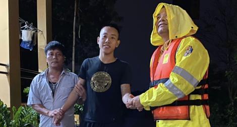 CSGT cứu sống thanh niên đuối nước trên sông Hồng trong đêm mưa