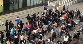 Gần 340 người Việt từ Anh được đưa về sân bay Tân Sơn Nhất