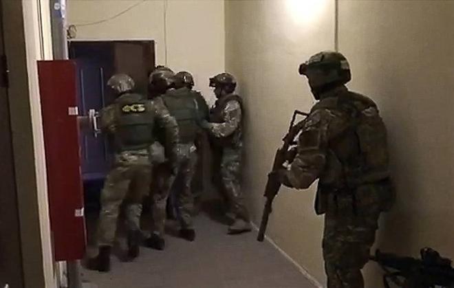 Đặc nhiệm FSB Nga đột kích một căn hộ. Ảnh: TASS