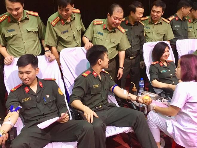 Thanh niên Bộ Tư lệnh Cảnh vệ hiến máu vì đồng đội thân yêu