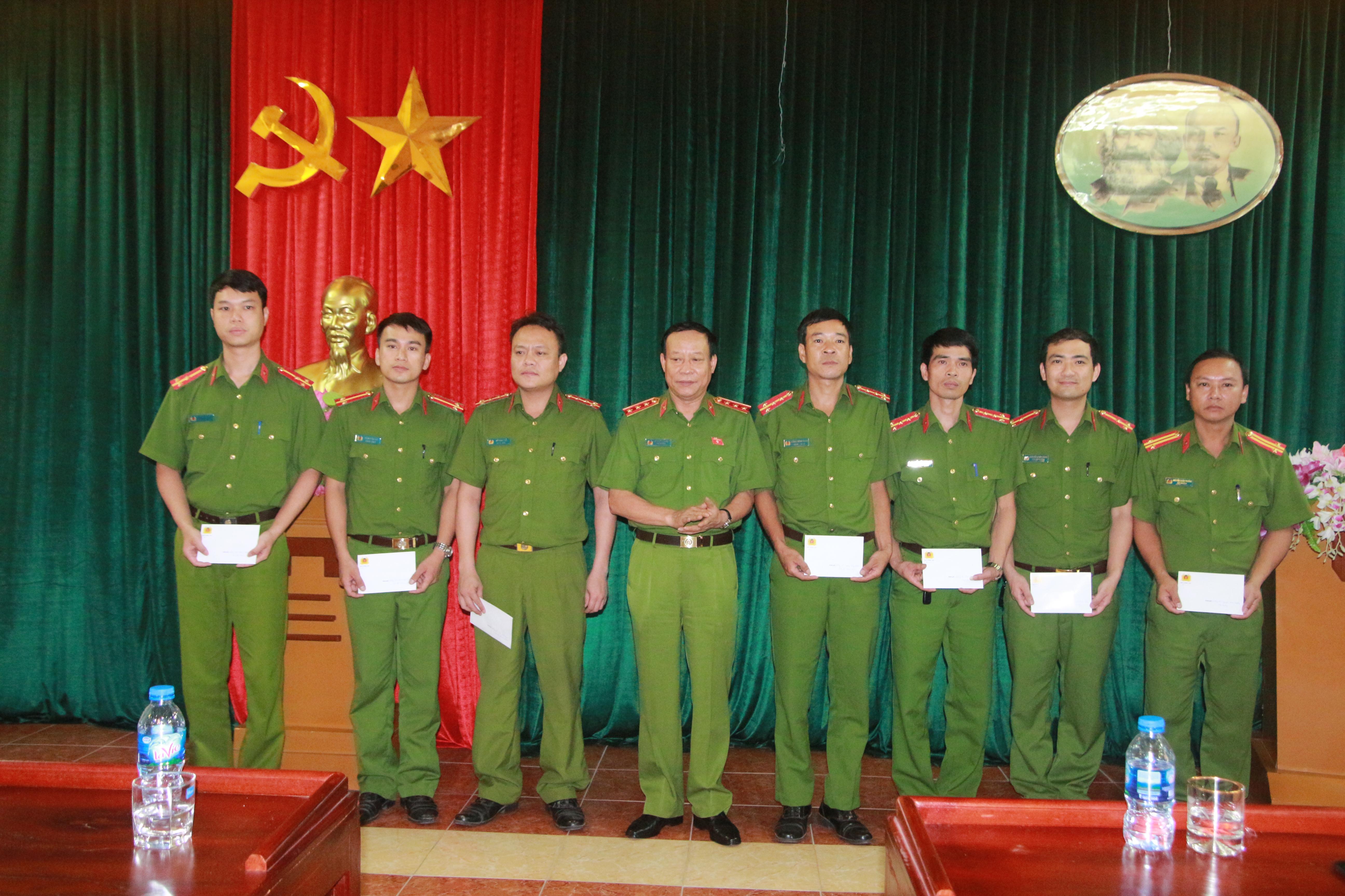 Thứ trưởng Lê Quý Vương động viên 8 cán bộ chiến sĩ bị thương khi làm nhiệm vụ