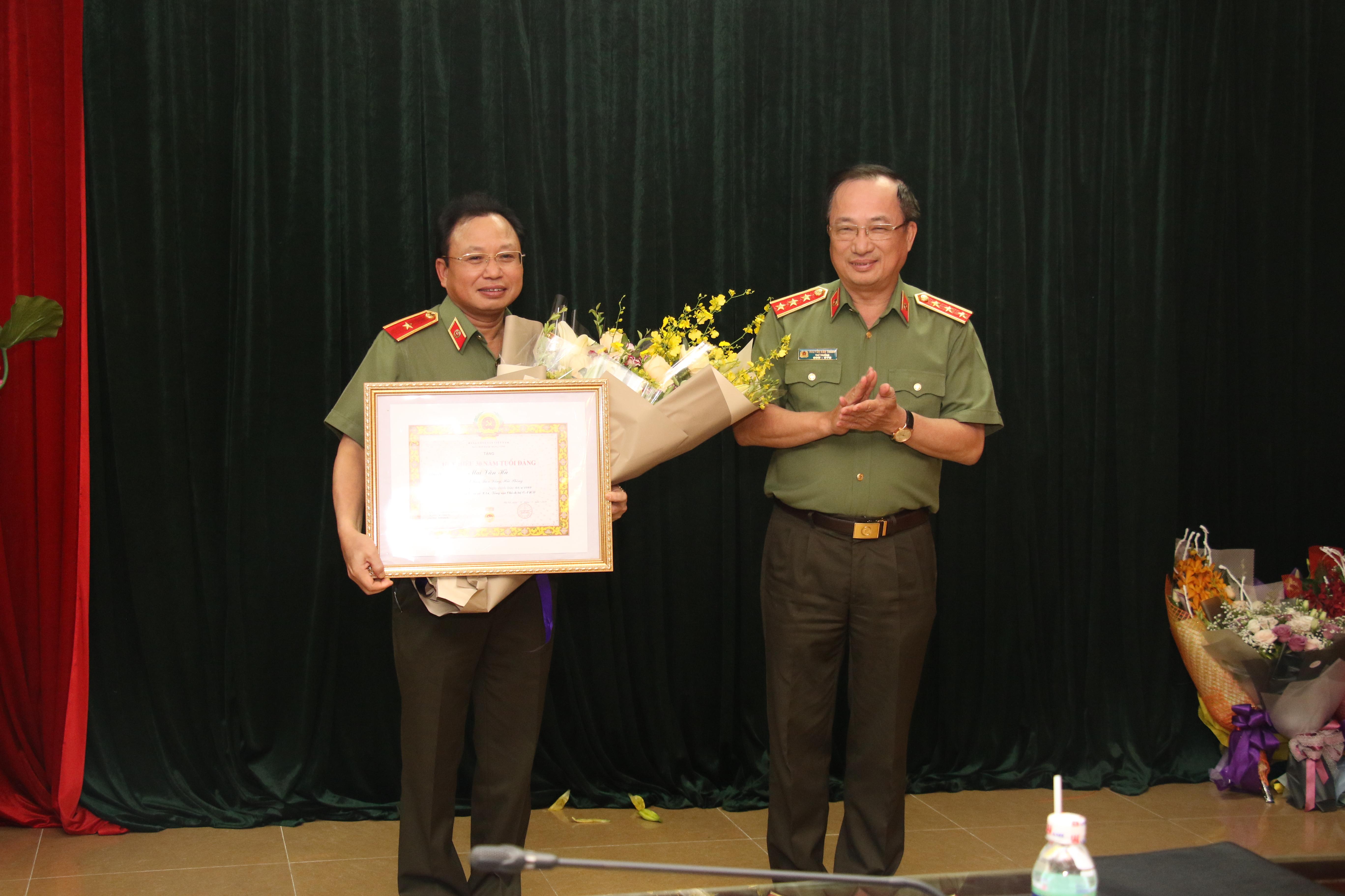 Thiếu tướng Mai Văn Hà nhận huy hiệu 30 năm tuổi Đảng
