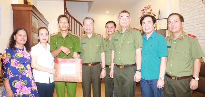 Bộ trưởng Tô Lâm thăm, tặng quà các thương binh, gia đình liệt sĩ