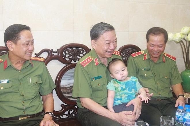 Bộ trưởng Tô Lâm thăm, tặng quà các thương binh, gia đình liệt sĩ - Ảnh minh hoạ 4