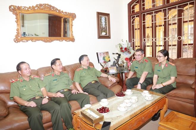 Bộ trưởng Tô Lâm thăm, tặng quà các thương binh, gia đình liệt sĩ - Ảnh minh hoạ 5