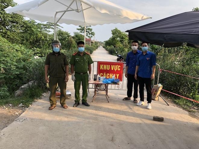 Theo chân cán bộ Công an huyện Thường Tín chống dịch ở địa bàn có 11 F0 - Ảnh minh hoạ 3