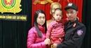Cảnh sát cơ động giao trả cháu bé bị lạc về với gia đình
