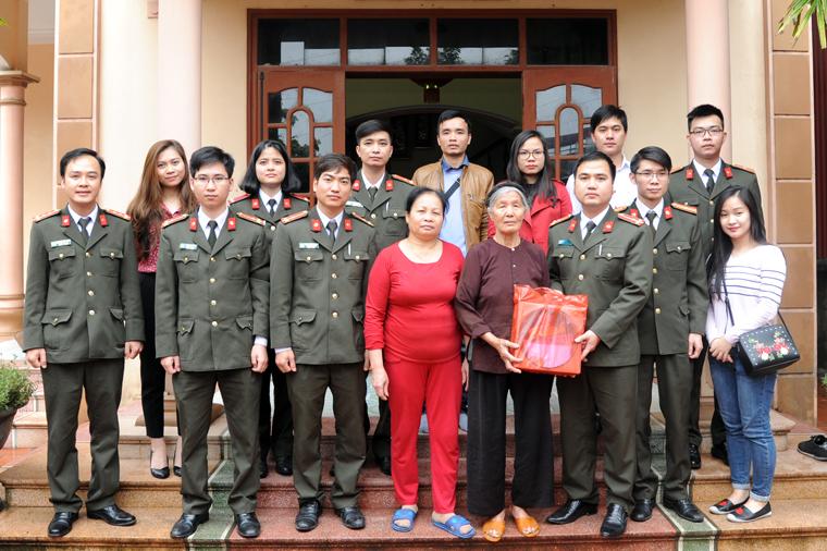 Tuổi trẻ Công an thăm, tặng quà tri ân gia đình liệt sĩ CAND