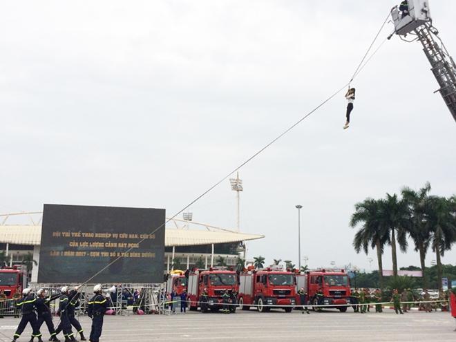 Thán phục xem màn trình diễn của Cảnh sát PCCC Thủ đô - Ảnh minh hoạ 13