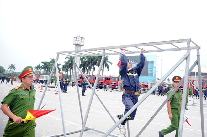 Thán phục xem màn trình diễn của Cảnh sát PCCC Thủ đô - Ảnh minh hoạ 2