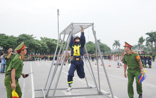Thán phục xem màn trình diễn của Cảnh sát PCCC Thủ đô - Ảnh minh hoạ 3