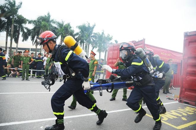 Thán phục xem màn trình diễn của Cảnh sát PCCC Thủ đô - Ảnh minh hoạ 11
