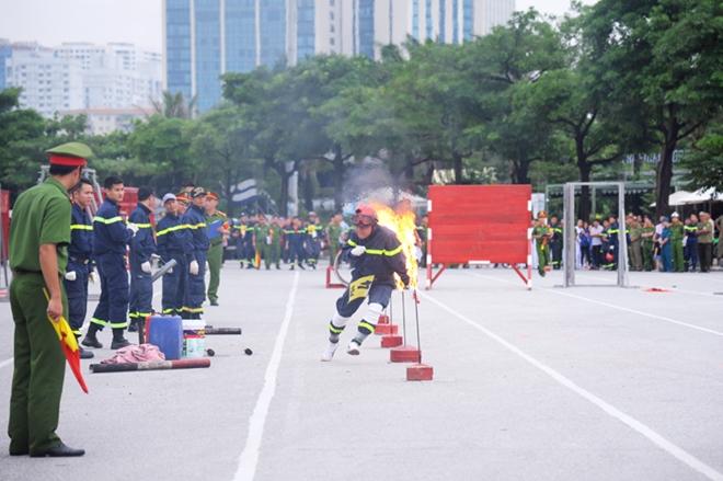 Thán phục xem màn trình diễn của Cảnh sát PCCC Thủ đô - Ảnh minh hoạ 6