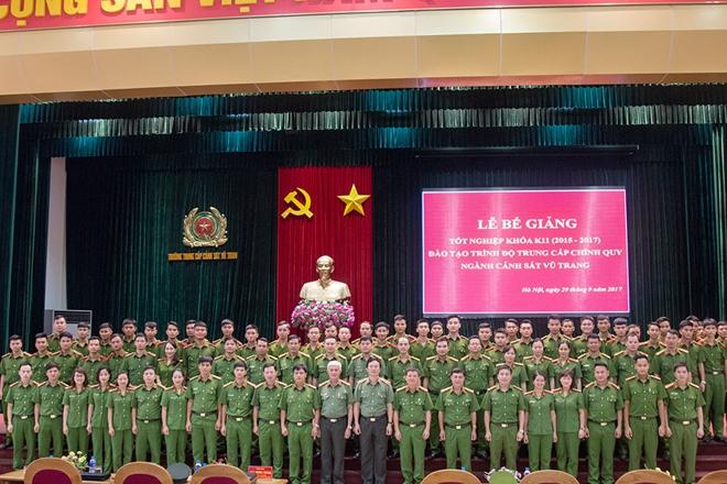 Bế mạc lớp trung cấp chính quy Cảnh sát vũ trang
