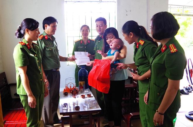 Công an Hà Giang thăm hỏi con CBCS mắc bệnh hiểm nghèo - Ảnh minh hoạ 2