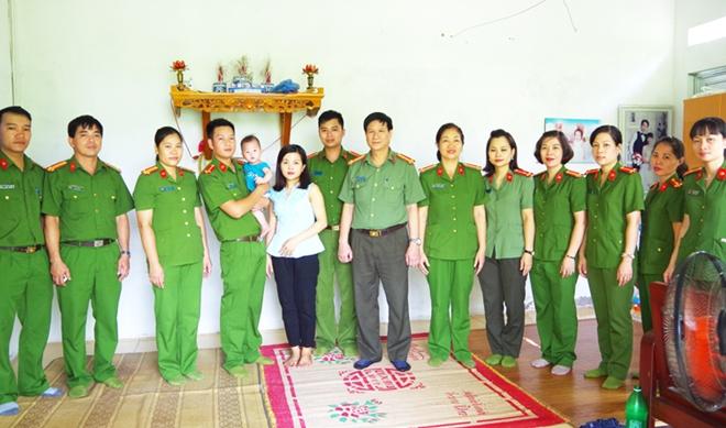 Công an Hà Giang thăm hỏi con CBCS mắc bệnh hiểm nghèo