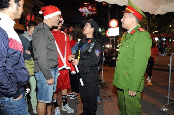Cảnh sát cơ động trắng đêm bảo vệ Lễ Giáng sinh bình an - Ảnh minh hoạ 3