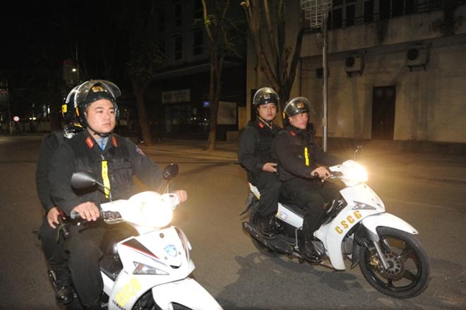 Cảnh sát cơ động trắng đêm bảo vệ Lễ Giáng sinh bình an - Ảnh minh hoạ 7