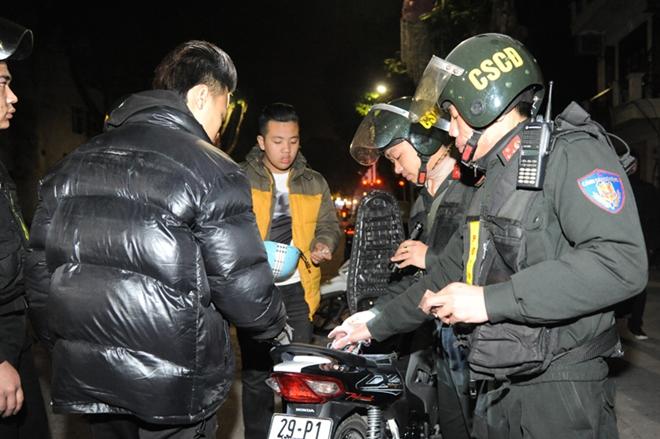Cảnh sát cơ động trắng đêm bảo vệ Lễ Giáng sinh bình an - Ảnh minh hoạ 6