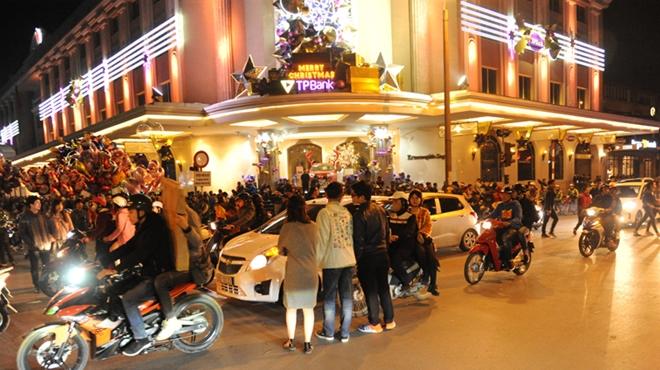 Cảnh sát cơ động trắng đêm bảo vệ Lễ Giáng sinh bình an - Ảnh minh hoạ 4