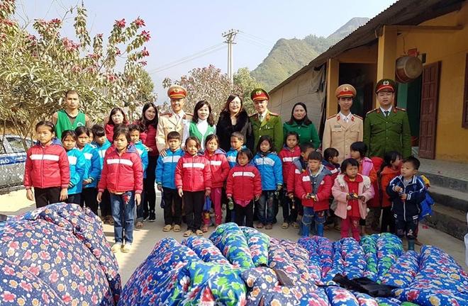 Tuổi trẻ Hà Giang sẻ chia áo ấm các học sinh vùng cao