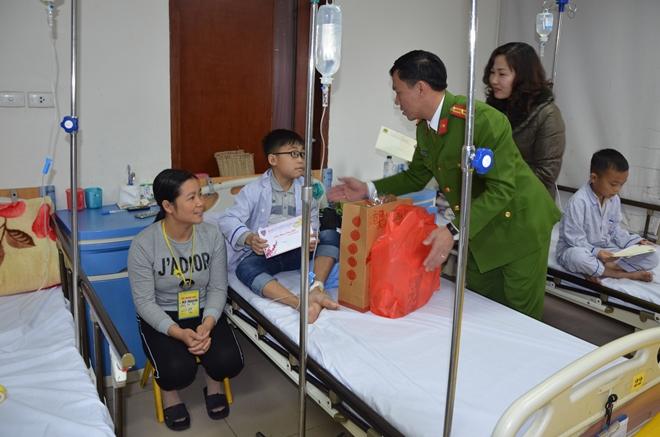Sẻ chia khó khăn với bệnh nhân mắc bệnh hiểm nghèo - Ảnh minh hoạ 2