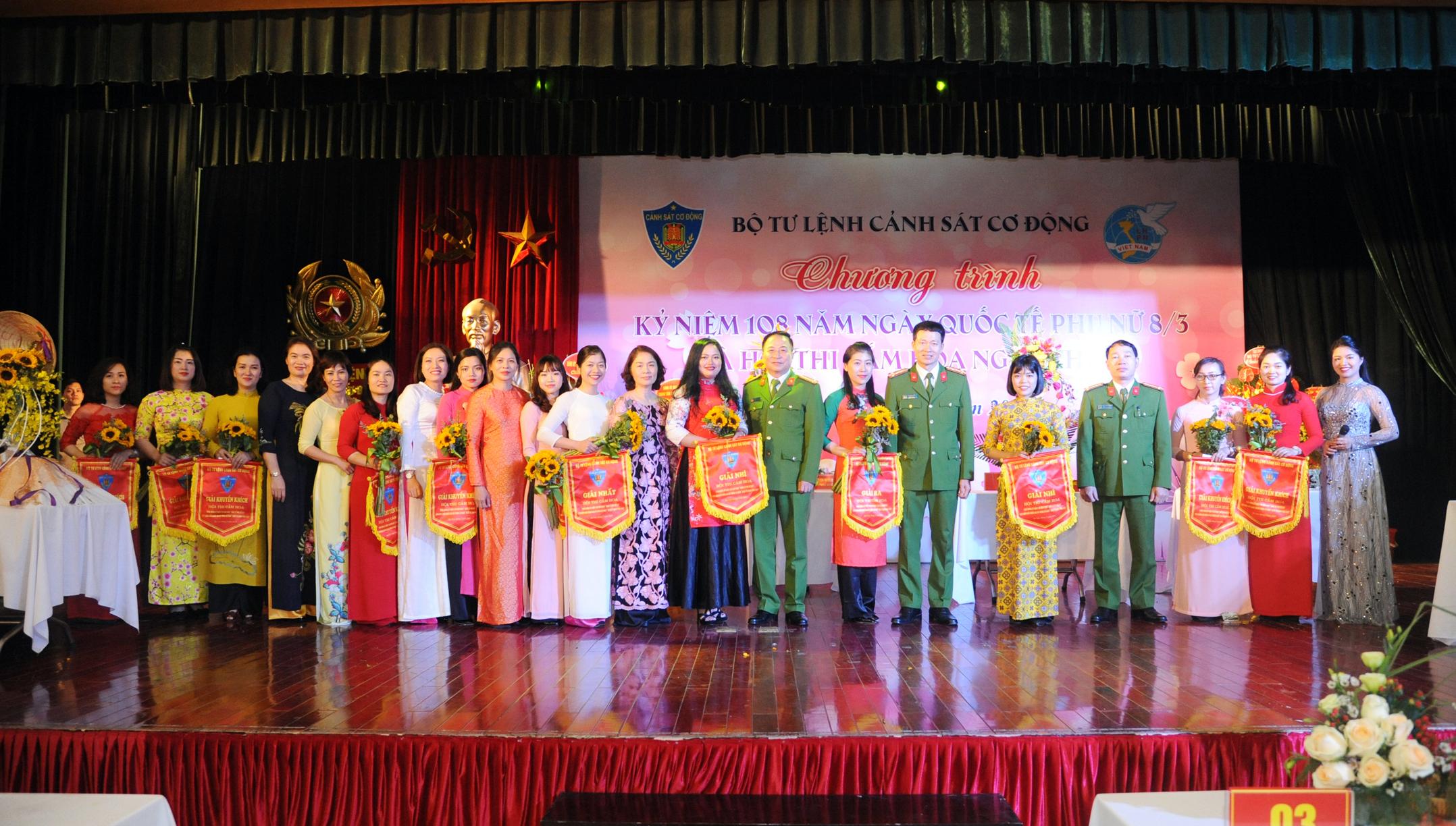 Rực rỡ Hội thi cắm hoa nghệ thuật chào mừng ngày Quốc tế Phụ nữ 8-3