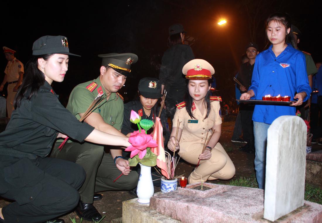 Tuổi trẻ CAND thắp nến tri ân, thăm và tặng quà gia đình các anh hùng, liệt sỹ tại Nghệ An