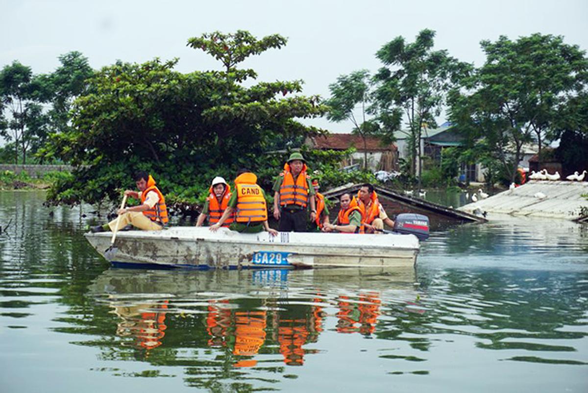 Nỗ lực giúp dân vùng ngập lụt Chương Mỹ