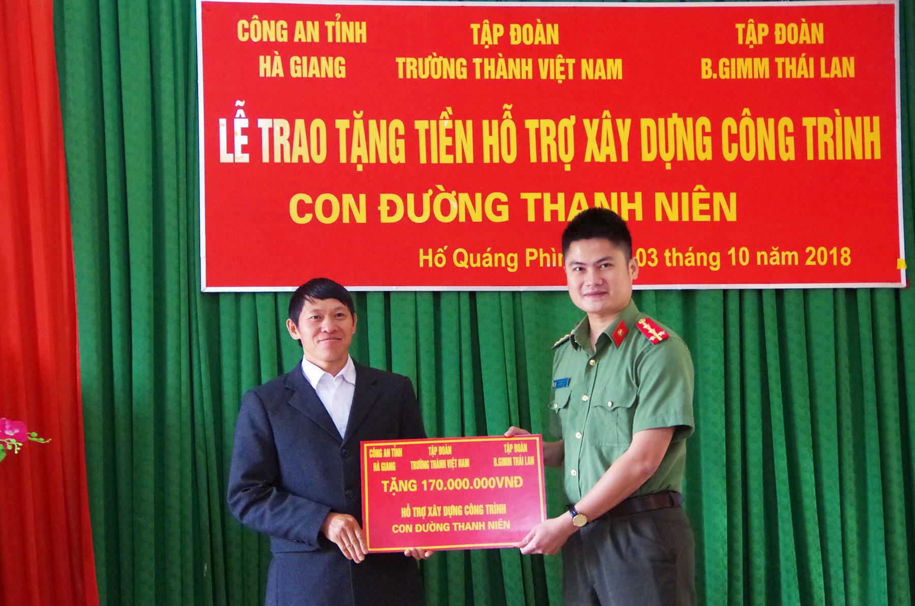 Tuổi trẻ Công an Hà Giang giúp người dân xây dựng đường liên thôn