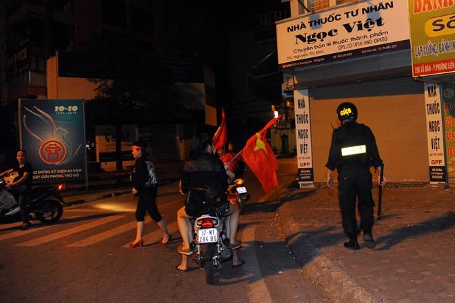 Công an Hà Nội thức xuyên đêm đảm bảo an ninh trật tự - Ảnh minh hoạ 16